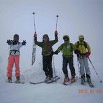 チセヌプリ山頂到着、風速15m/sの強風