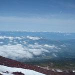 雲を足元に見る。向こうの山は南アルプス