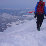 外輪の稜線を進む。尻別岳が足下に見える。 (A元さん撮影)