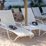 Katzen geniessen die Morgenruhe vor dem Hotel Tres Playas