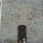 Posen vor der Kapelle