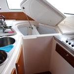 ein sehr geräumiger Kühlschrank und Eiskasten