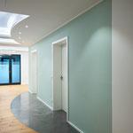Gestaltung des Eingangsbereichs mit indirekt beleuchteter Decke