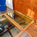 Blick durch begehbare Glasscheiben ins darunterliegende Geschoss