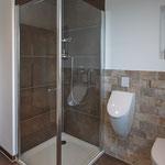 Kinderbad mit Dusche und Urinal