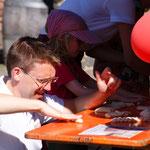 Unser Bäckermeister Rüdiger Born hochkonzentriert beim Kinderbacken
