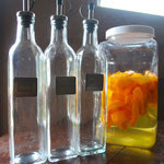 庭で収穫した果物を酢につけてフルーツ酢をつくりました