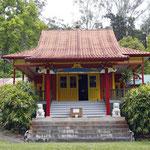 元日蓮宗のお寺でしたが、廃墟化をまのがれる間逃れるためチベット仏教へ建物を譲渡