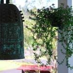 入り口の鐘とお花