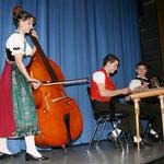 "Die Familienkappelle ""Lemestägegruess"" mit Gisela (Kontrabass) Emil (Hackbrett) und Erwin (Akkordeon)"