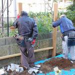 フェンス柱位置を確認して、柱を埋め込む穴を掘ります