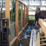 笠木を取り付けて水平と垂直を確認、コンクリートを柱穴に流して固定します