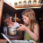 Chiara liebt Nudeln- sogar die letzten werden aus dem Topf gefischt.