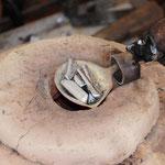 Zinn wird zur Schmuckherstellung erhitzt