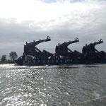 außergewöhnlich langsamer Schleppverband mit Offshore Fundamenten