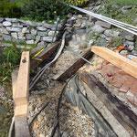 Naturteich Steg neuer Lärchen-Balken einpassen