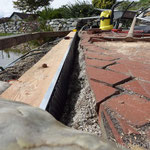 Naturteich Steg neuer Lärchen-Balken mit Schutz gegen Staunässe