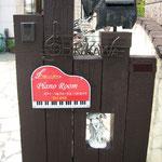 木製の門柱にビス留めで設置