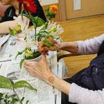 やわらかい茎は、手に取る力加減が難しいもの。大切に大切に・・・花への愛情と優しさが溢れます。