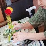 「昔から、私お花大好きなのよ!しゃんとした花姿、気持ちがいいわねぇ~」語らいながらワークは穏やかな時間です。