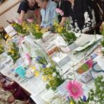 沢山のアレンジメントが並んだテーブルはまるでお花畑みたいで癒されます。