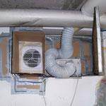 Zuluft Lüfter. Der Schlauch ist für einen Abluftlüfter außerhalb der kabine. Um den Kelleraum vom Geruch des Lackes zu befreien.