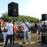 Muziekmaken buiten op het terras.