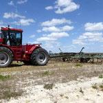 Grubberarbeit auf dem Feld mit dem 450 PS Traktor