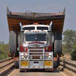 Roadtrain Oversize bei einspuriger Brücke