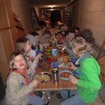 Bei so vielen Kindern musste das Essen in die Kegelbahn verlegt werden