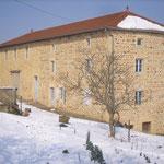 L'habitation et son cuvage(la grande porte à gauche).