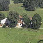 Die Ansicht von oben zeigt die schönen grossen Bäume vor dem Haus.