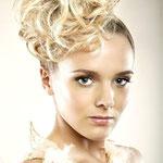 Причёска с Резинкой из Волос - причёска с объёмной резинкой, светлый блонд кудрявые волосы