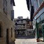 La rue piétonne avec la Tour de Mandrin