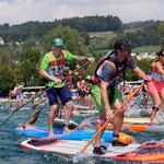 SUP Race. SUPoint Teamfahrer Patrik Peier (mit grünem Cap) paddelt mit Starboard SUP Board.