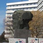 """""""Dor Nischel in Kams"""" - Hochdeutsch: """"Das Karl-Marx-Monument in Chemnitz (ehemals Karl-Marx-Stadt)"""""""