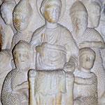 Jesus sitzt nach der Gefangennahme mit der Gesetzesrolle auf einem Thron und die Soldaten verspotten ihn.
