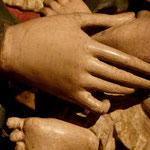 Mutterhand und Kinderfüßchen