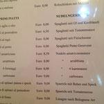 Speisekarte im treppenhaus des Hotels San Carlo.