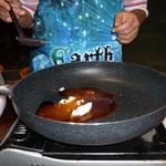 5お餅を焼いた後のフライパンにみたらし団子のたれの材料を煮立て