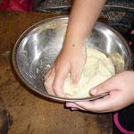 1 じゃがいもつぶしはお餅と同じ。これは肉まんの皮に。強力粉と片栗粉もいれるが、塩はなし。よくこねて、20〜30分ねかせる。