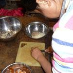 2 その間に具をつくるよ。玉ねぎはみじん切りにして他の具の材料と共にフライパンで炒めておく。