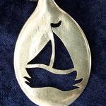 handgesägte Löffelamulette, hier ein Segelboot