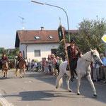 Der Vorsitzende des Pferdewallfahrtsvereins, Hans Stautner, trug die Standarte.