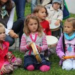 Bei ihrem Workshop holten die Kleinen mit Trommeln und Rasseln den Rhythmus Afrikas nach Ast.