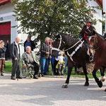 Pfarrer Häupl spendete Ross und Reiter den Segen.