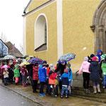 Gemeinsam zogen die Kinder zum Familiengottesdienst in die Kirche. (wfl)