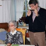 Sohn Klaus begleitete Barbara Unverzart bei ihrem Ständchen mit der Mundharmonika.
