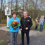 Kirchenpfleger Alois Eiber bedankte sich bei Lissa Laubmeier mit einem Blumenstrauß.