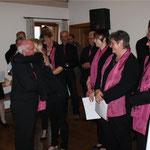 Als erstes gratulierte der Aster Kirchenchor seinem Pfarrer.